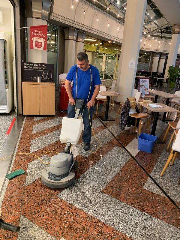 Herr Andak poliert Boden